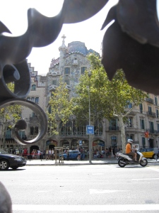 Casa Batlló through the ironworks on bench