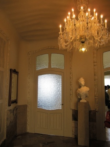 Entré in the La Pedrera apartment with wavy ceiling